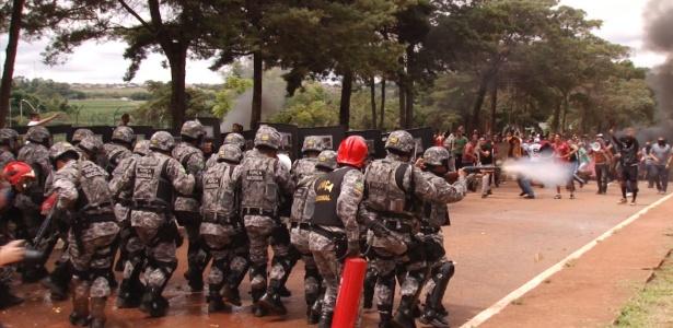 Força Nacional simula confronto com manifestantes em curso para jornalistas no DF - Kleyton Amorim/UOL