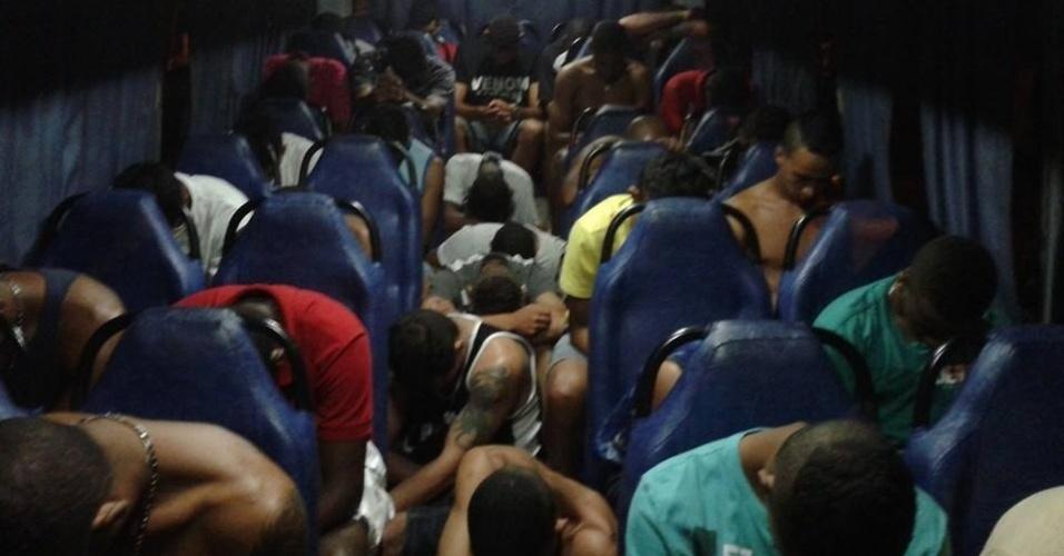 29.mar.2014 - Polícia usou ônibus para transportar grupo preso neste sábado (29) em Álvares Machado, no oeste paulista, sob a suspeita de se reunir para organizar atos criminosos na região