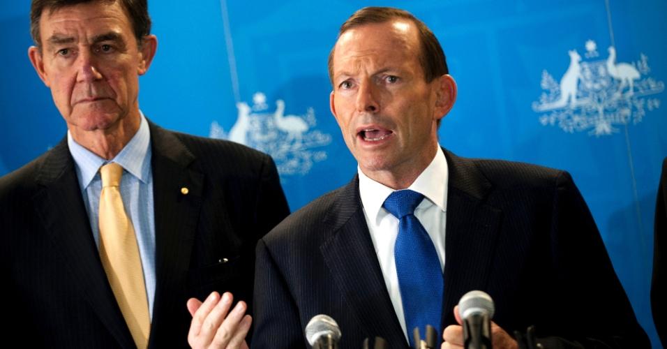 31.mar.2014 - O primeiro-ministro australiano, Tony Abbott, fala em coletiva de imprensa realizada na base da Força Aérea, em Perth (Austrália), nesta segunda-feira (31). Abbott disse que não há limite de tempo para parar de procurar por destroços do Boeing 777 da Malysia Airlines desaparecido desde 8 de março