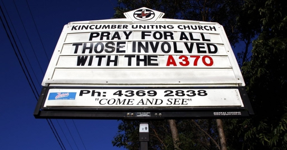 31.mar.2014 - Placa de igreja australiana pede orações para todos os envolvidos na tragédia do voo MH370 da Malaysia Airlines, em New South Wales, próximo a Sydney. Um total de 20 aeronaves e navios continuam procurando o avião no oceano Índico, a cerca de 2.000 km de Perth, na Austrália