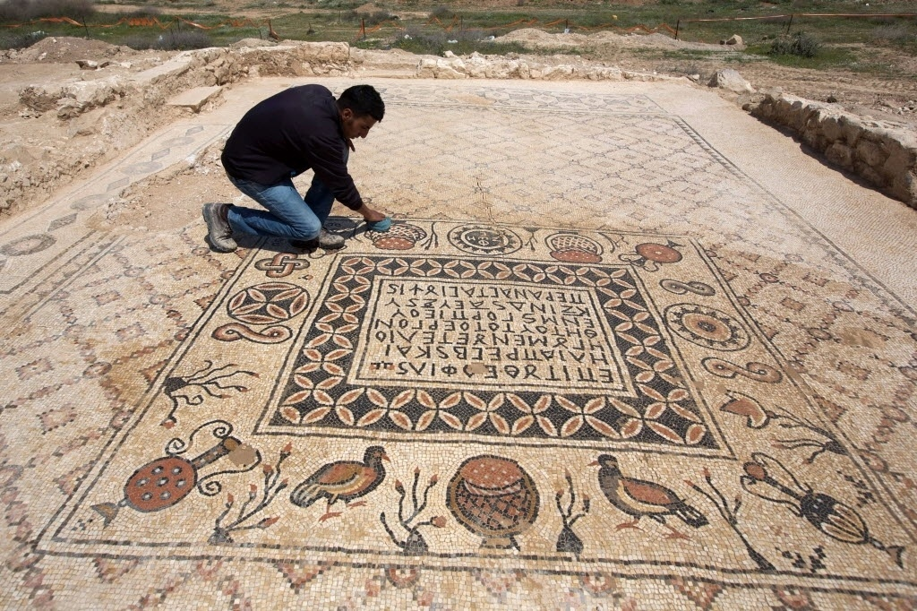 390b112be58 1º.abr.2014 - Arqueólogo limpa mosaico bizantino descoberto na vila de Hura
