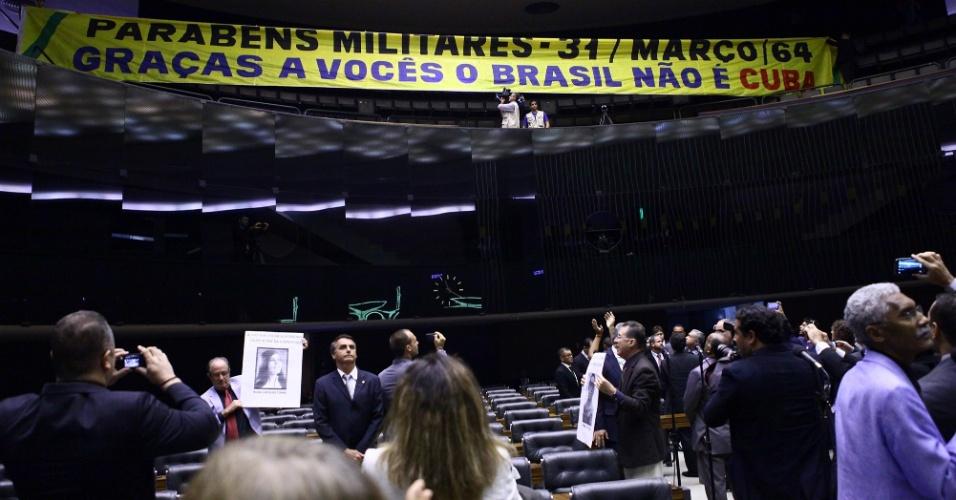 """1º.abr.2014 - Faixa estendida na Câmara dos Deputados provocou polêmica durante sessão destinada a relembrar o golpe de Estado que deu origem à ditadura militar no Brasil. A faixa trazia os dizeres """"Parabéns militares. Graças a vocês, o Brasil não é Cuba"""""""