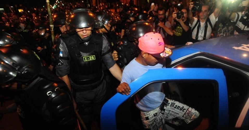 1º.abr.2014 - Manifestante é detido por policiais durante ato que lembra os 50 anos do golpe que instaurou a ditadura militar no Brasil, na Cinelândia, centro do Rio de Janeiro, nesta terça-feira (1º)