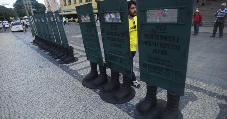 1º.abr.2014 - Manifestantes colocam esculturas na Cinelândia, centro do Rio de Janeiro, em protesto aos 50 anos do golpe militar ocorrido em 1º de abril de 1964
