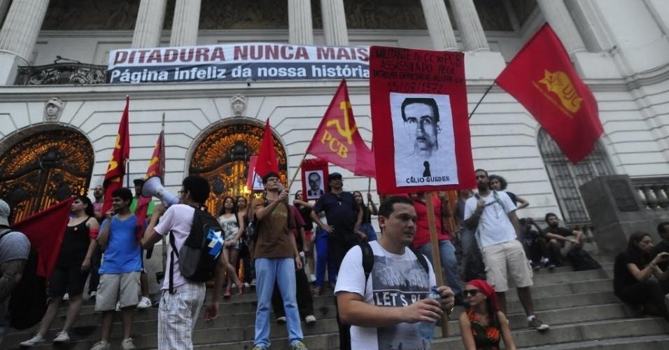 1º.abr.2014 - Manifestantes fazem ato para lembrar os 50 anos do golpe que instaurou a ditadura militar no Brasil, na Cinelândia, centro do Rio de Janeiro, nesta terça-feira (1º)