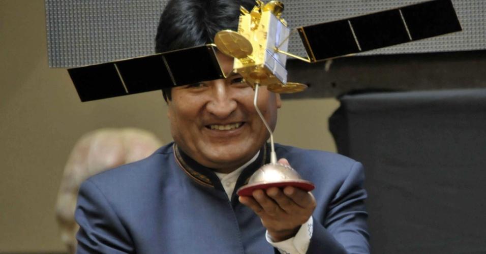 1º.abr.2014 - O presidente da Bolívia, Evo Morales, inaugurou em La Paz os serviços comerciais de um satélite de comunicações. No ato, ele anunciou a diminuição de tarifas de internet e telefonia celular no país. A Entel (Empresa Nacional de Telecomunicações) usará o serviço de satélite para baratear os serviços, além de oferecer outros como o de televisão e rádio em áreas rurais