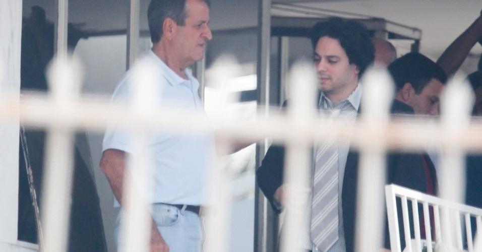 1º.abr.2014 - O ex-deputado e ex-presidente do PR Valdemar Costa Neto, condenado pelo mensalão e autorizado a sair da cadeia para trabalhar foi flagrado pela reportagem da Folha, na companhia do deputado Vinícius Gurgel (PR-AP), em Brasília. O carro onde Costa Neto estava também foi visto entrando em um