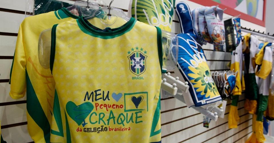 dc387be30a Copa 2014  Operação em favor da Fifa tem 15 prisões e toneladas de material  apreendido - Esporte - BOL Notícias