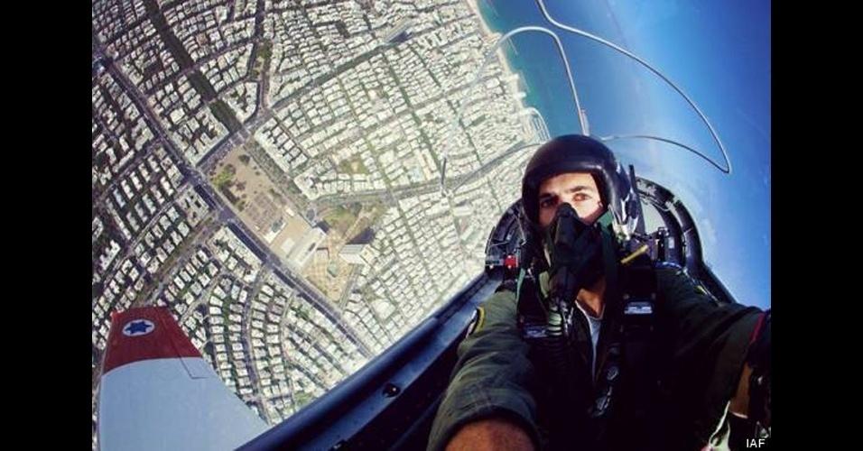 Um piloto da IAF (Força Aérea de Israel) tirou um selfie radical enquanto voava de cabeça para baixo em um avião-caça. O local que aparece no alto da foto é a praça Rabin, em Tel Aviv, em Israel. No Facebook, a IAF explicou que havia um segundo piloto no caça, que estava no controle da aeronave enquanto o colega tirava o selfie
