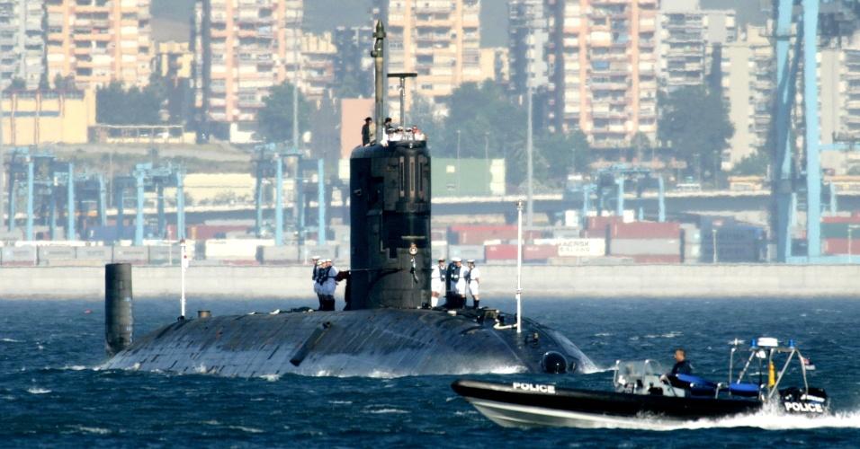 2.abr.2014 - Em imagem de arquivo, de 9 de julho de 2004, o submarino nuclear britânico HMS Tireless se aproxima no porto de Gibraltar - enclave britânico na península ibérica. Segundo o primeiro-ministro malaio, o HMS Tireless passou nesta quarta-feira (2) a colaborar nas operações de busca aos destroços do voo 370 da Malaysian Airlines, desaparecido no oceano Índico desde 8 de março