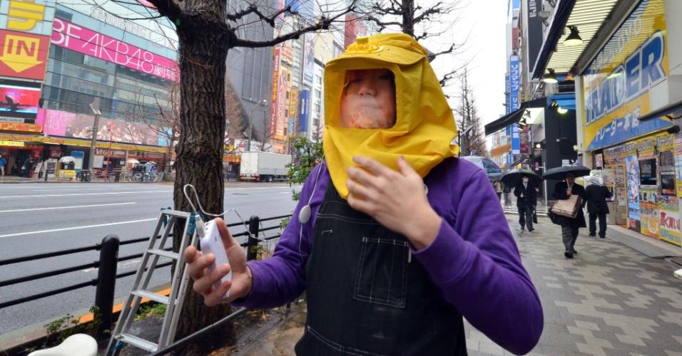 """2.abr.2014 - Em imagem do dia 5 de março, Takahiro Sasaki veste a """"Kafun blocker"""", um capuz que evita reações em pessoas alérgicas a pólen. O acessório filtra o pólen através de um ventilador localizado na parte superior do capuz. A ideia do acessório é proteger as pessoas durante a primavera no Japão, que é marcada pelo florescimento de cerejeiras. É comum durante esse período que as pessoas usem máscaras e óculos especiais"""