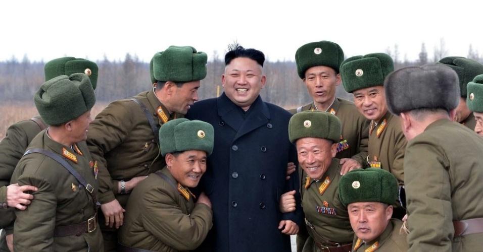 2.abr.2014 - Imagem sem data e cedida ela agência de notícias oficial da Coreia do Norte, mostra o líder norte-coreano Kim Jong-un cumprimentando soldados do Exército em Ryaggang
