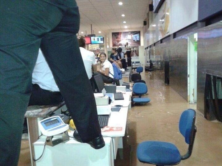 2.abr.2014 - O saguão de embarque do Aeroporto Carlos Drummond de Andrade, na Pampulha, ficou alagado nesta quarta-feira (2), em Belo Horizonte, Minas Gerais. Os passageiros foram orientados a permanecer no segundo piso do aeroporto, que está com os seus vôos suspensos, e os funcionários subiram nas mesas para não se molhar com a enchente