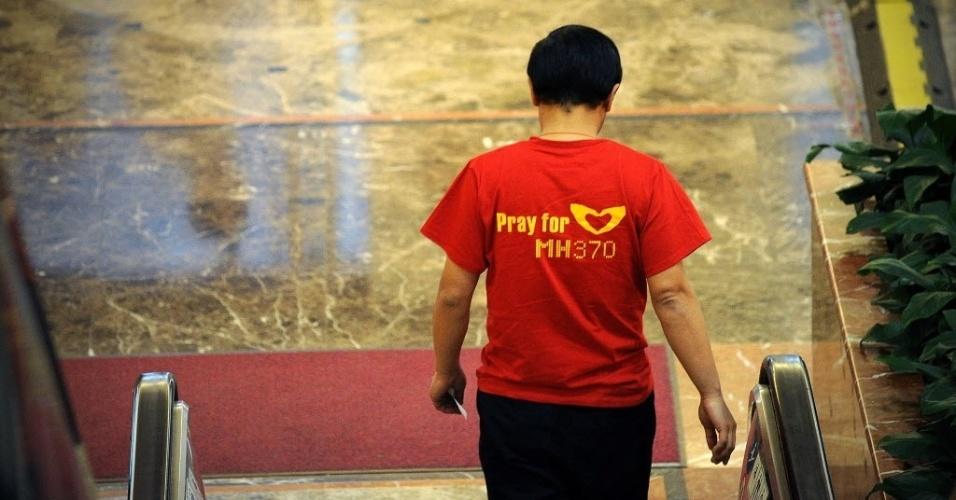 2.abr.2014 - Parente de passageiro do voo MH370 da Malaysia Airlines deixa saguão de hotel em Pequim, na China, após reunião com autoridades da Malásia sobre o voo desaparecido em 8 de março. Autoridades do país admitiram nesta quarta-feira (2) que as causas do desaparecimento do voo podem nunca ser descobertas