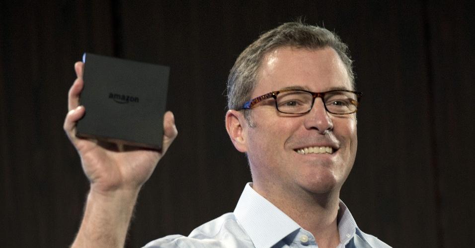 """2.abr.2014 - Peter Larsen, vice-presidente do Amazon Kindle, apresentou o dispositivo Amazon FireTV durante evento realizado em Nova York (Estados Unidos). O aparelho é uma """"caixa"""" com sistema Android que é conectada a uma TV"""