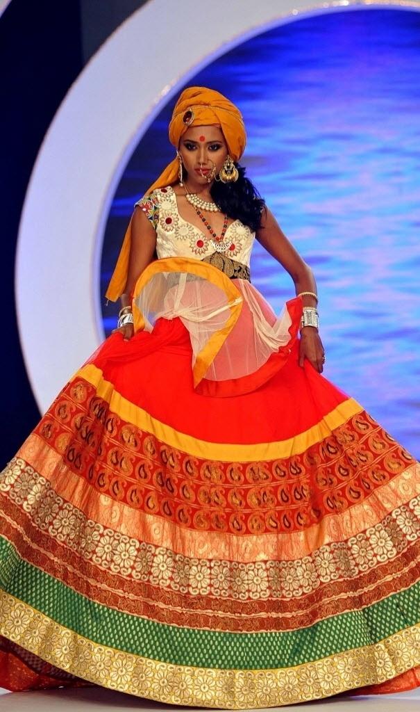 2.abr.2014 - Uma das finalistas do Miss Índia 2014 caminha em rampa usando trajes típicos em Mumbai nesta terça-feira (1º). A 51ª edição do concurso de beleza irá eleger no dia 5 de abril a Miss Índia, que irá representar o país no Miss Mundo 2014