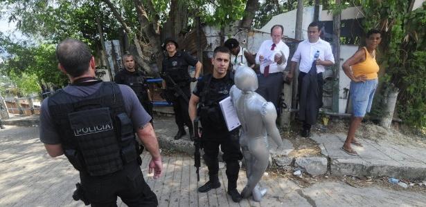 Policiais usam manequim durante a reconstituição da morte da auxiliar de serviços Cláudia da Silva Ferreira - Fabio Teixeira/UOL