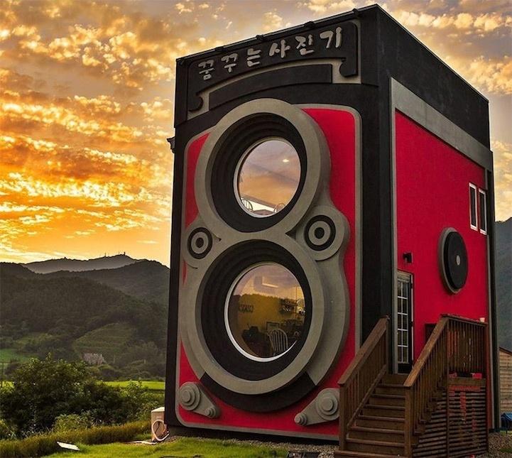 3.abr.2014 - Um casal de ex-pilotos de helicópteros do Exército sul-coreano criou uma cafeteria diferente.  O Dreaming Camera Cafe possui de dois andares, um para a cafeteria e o outro que funciona como museu de câmeras fotográficas. O prédio foi idealizado no modelo de uma Rolleiflex, câmeras alemãs antigas que possuíam duas lentes. O local fica em YangPung, leste de Seul, na Coreia do Sul