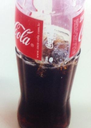 Corpo estranho é encontrado em uma garrafa de vidro de 290 mililitros de Coca-Cola - Divulgação