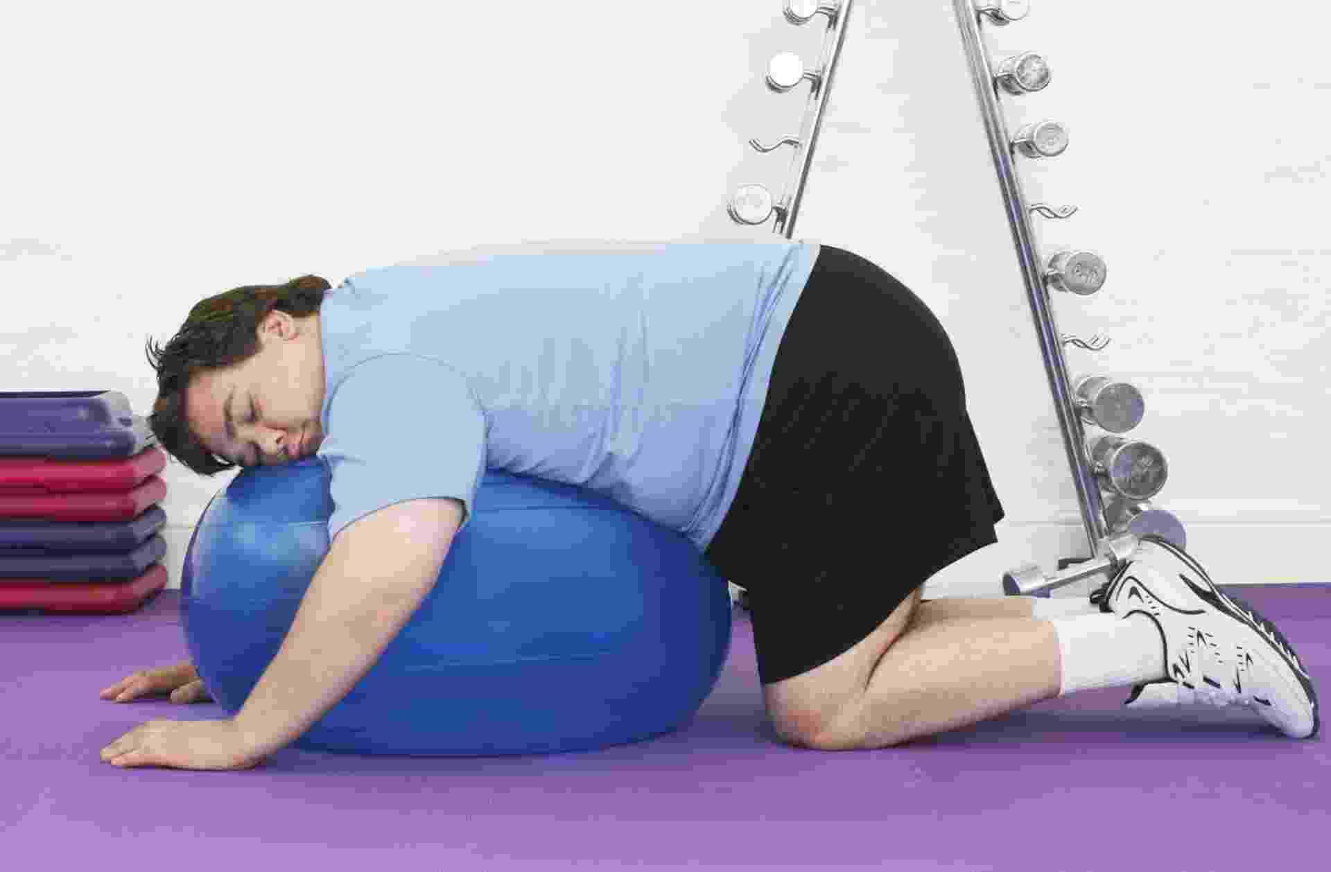 Gordo, obeso dormindo bola, exercício - ThinkStock