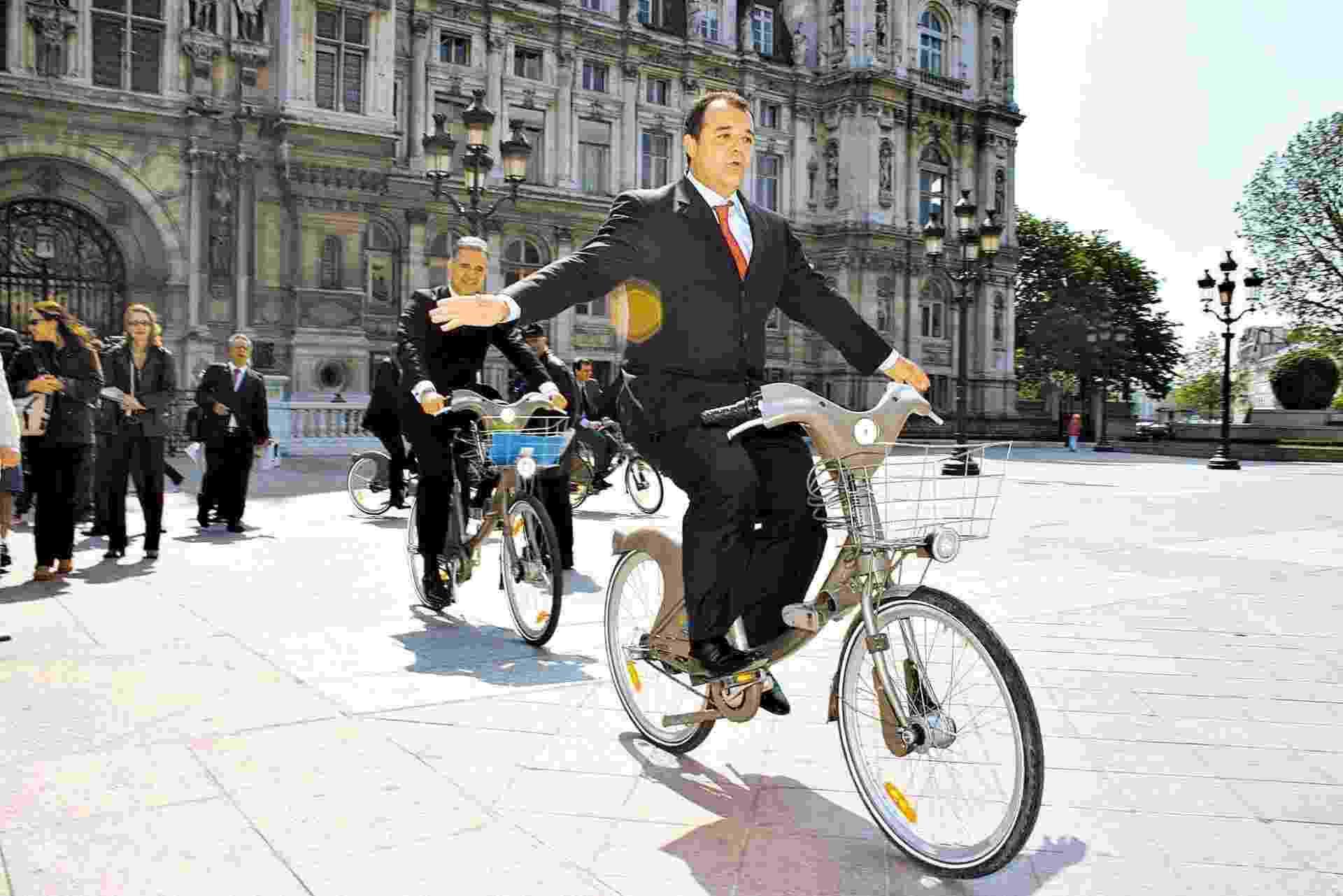 Sérgio Cabral se envolveu em uma série de escândalos e polêmicas durante os seus oito anos à frente do governo do Estado do Rio. Uma das críticas mais constantes diz respeito às suas viagens para Paris. Na foto, ele utiliza uma bicicleta do projeto de transporte público parisiense Velib, em frente à prefeitura de Paris - Carlos Magno/CCS