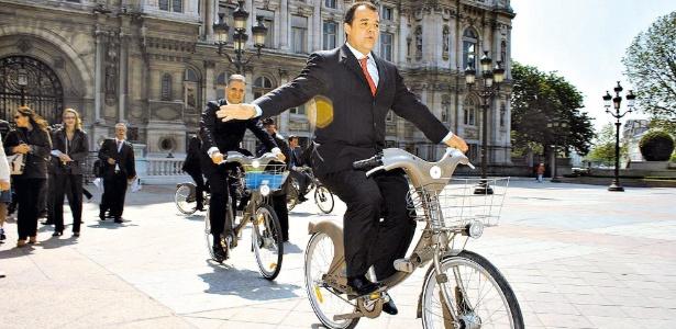 O ex-governador do Rio Sérgio Cabral foi preso acusado de comandar um esquema de propinas no Estado; na imagem ele testa bicicletas do sitema Velib em Paris