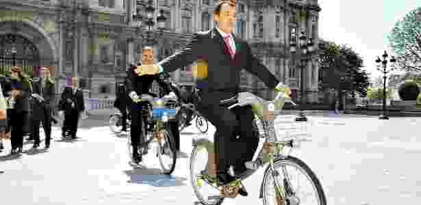O ex-governador do Rio Sérgio Cabral foi preso acusado de comandar um esquema de propinas no Estado; na imagem ele testa bicicletas do sitema Velib em Paris - Carlos Magno/CCS