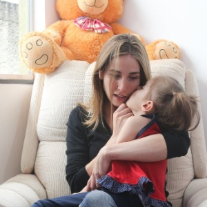 Katiele Fischer e a filha Anny que tem uma síndrome que causa epilepsia grave e é tratada com canabidiol - Sergio Lima/Folhapress