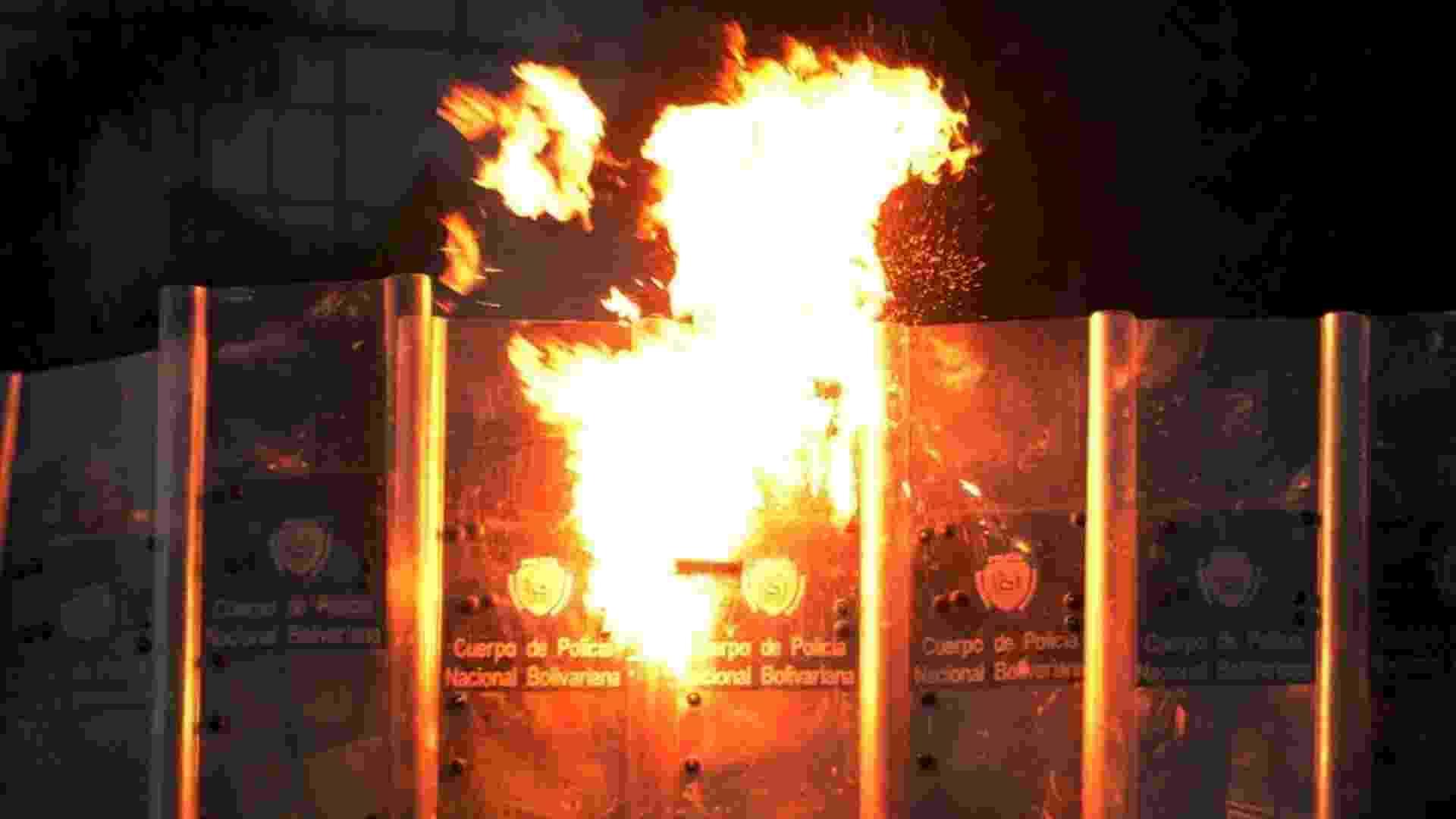 4.abr.2014 - Coquetel molotov é lançado por manifestantes em barreira policial durante protesto em Caracas, na Venezuela, nesta sexta-feira (4). O procurador-geral da Venezuela acusou formalmente Lopez por incitar os protestos antigovernamentais que agitaram o país durante dois meses, provocando manifestações em Caracas nesta sexta - Federico Parra/AFP
