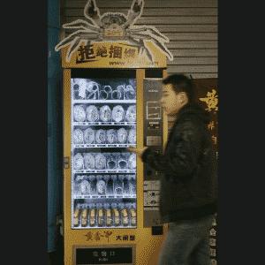 Caranguejo é um item bastante apreciado em países asiáticos, mas tem que estar bem fresquinho para o preparo. Na China, criaram uma máquina para vender os bichos vivos -- custam o equivalente a R$ 2,56 e R$ 12,75. As máquinas de venda se popularizaram e agora oferecem muito mais do que apenas balas e refrigerantes - Sean Yong/Reuters
