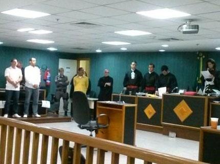 Os policiais militares Charles Azevedo Tavares e Alex Ribeiro Pereira (são condenados a 25 anos de prisão cada pela participação no assassinato da juíza Patrícia Acioli