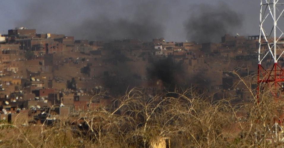 6.abr.2014 - Fumaça emana da cidade de Aswan, no Egito, neste domingo (6). No local, houve conflito entre as tribos Bani Hilal e Dabudiya. Pelo menos duas pessoas foram mortas durante o conflito neste domingo (6). Nos últimos dois dias, 23 pessoas morreram
