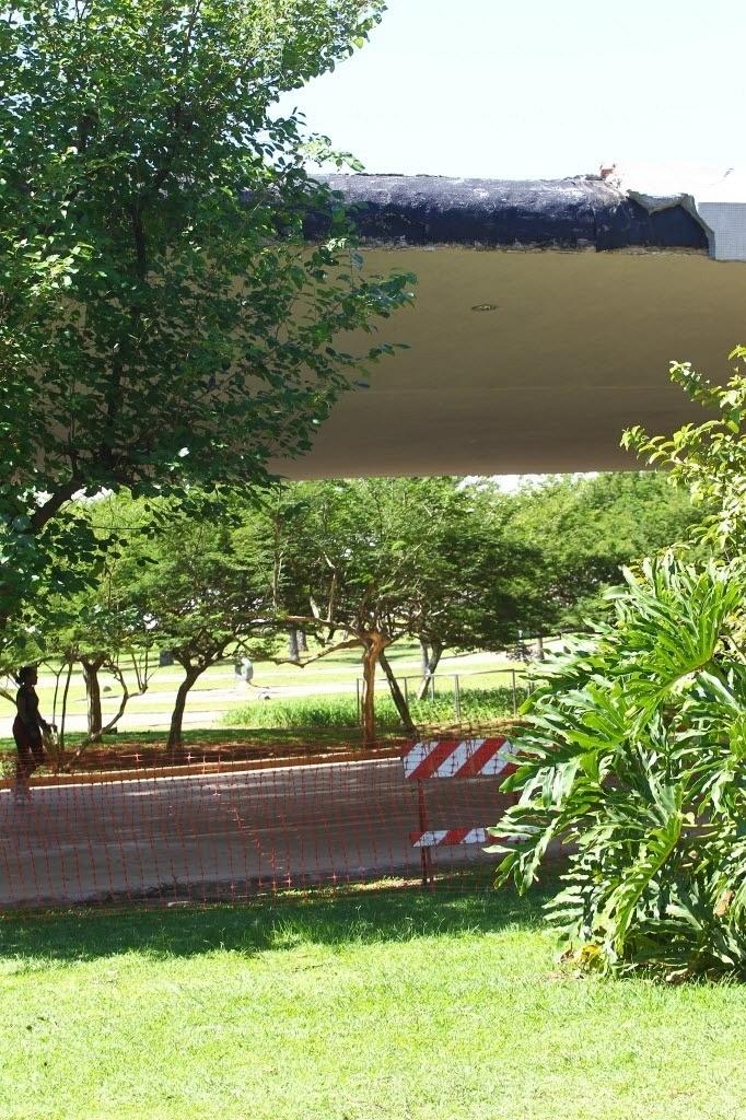 6.abr.2014 - Partes da estrutura da marquise do parque Ibirapuera, em São Paulo (SP), cederam e provocaram a interdição de alguns trechos ao redor da área danificada. Por conta do problema, organizadores do chamado