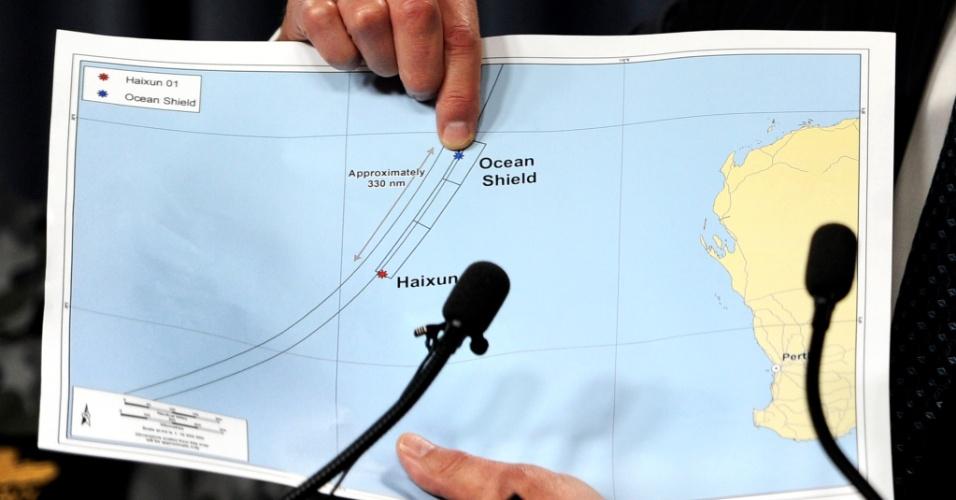 7.abr.2014 - Angus Houston, chefe do grupo que lidera a procura pelo voo 370 da Malaysia Airlines, aponta gráfico da área de busca, durante coletiva de imprensa na manhã (horário de Brasília) desta segunda-feira (7), em Perth (Austrália). Um navio da Marinha australiana detectou novos sinais submarinos que coincidem com aqueles emitidos por caixas-pretas, constituindo a pista mais promissora até o momento sobre o paradeiro do Boeing desaparecido desde 8 de março