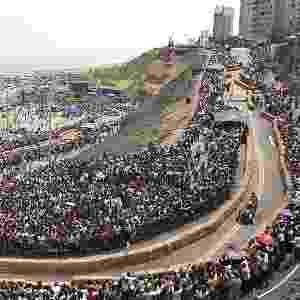7.abr.2014 - Competidor participa de corrida com veículo de fabricação caseira, sem motor, em uma pista de Lima, no Peru. Cinquenta e três equipes competiram na pista de corrida de 400 metros, que foi vencida pelo carro que fez a volta mais rápida e mostrou design mais criativo - Enrique Castro-Mendivil/Reuters