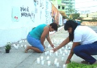 Códigos em lápides preservam memória de vítimas de massacre em escola (Foto: Arion Marinho/Futura Press/Estadão Conteúdo)