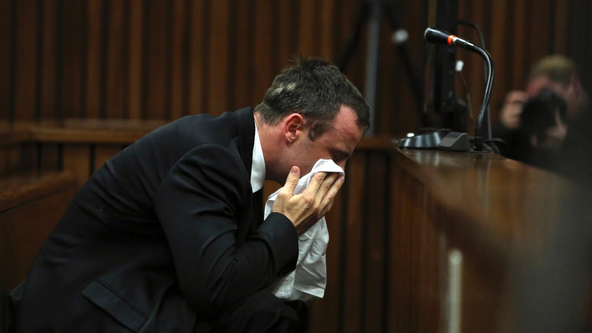 7.abr.2014 - Na retomada do julgamento do atleta paralímpico sul-africano Oscar Pistorius nesta segunda-feira (7), em Pretória, na África do Sul, ele pediu desculpas a família da namorada da qual é acusado de assassinato. O atleta de 27 anos se defende da acusação e afirma que a confundiu com um ladrão. Não existem testemunhas do fato