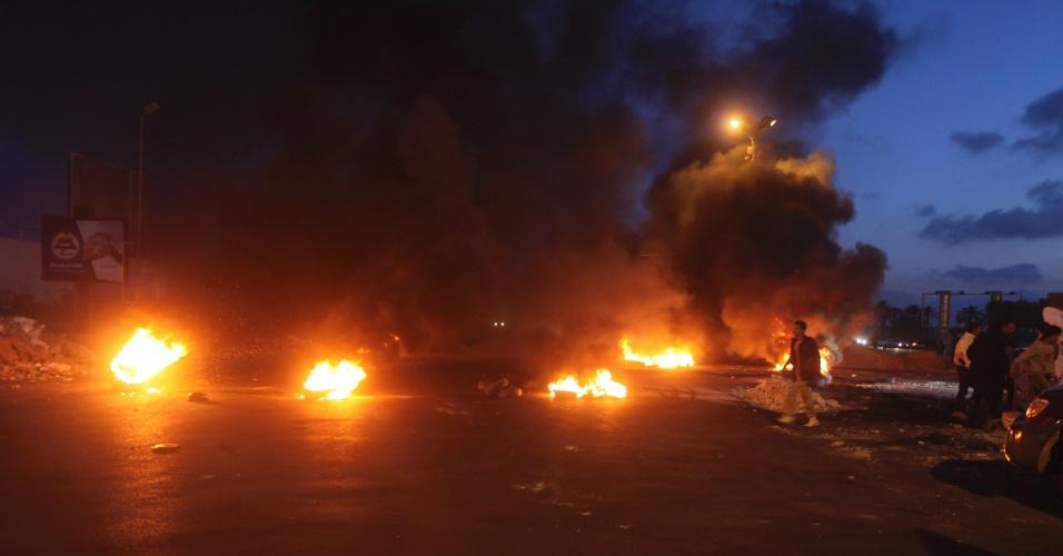 7.abr.2014 - Objetos queimam ao longo da estrada que dá acesso ao aeroporto de Trípoli, na Líbia, nesta segunda-feira (7). Manifestantes bloquearam a via, que fica no centro de Tripoli, em protesto contra o GNC (Congresso Nacional Geral), tido como o culpado pela transição política turbulenta vivenciada pelo país desde a revolta de 2011