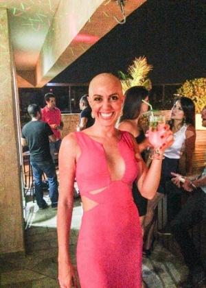 Debora Aquino, após ficar careca por causa do câncer