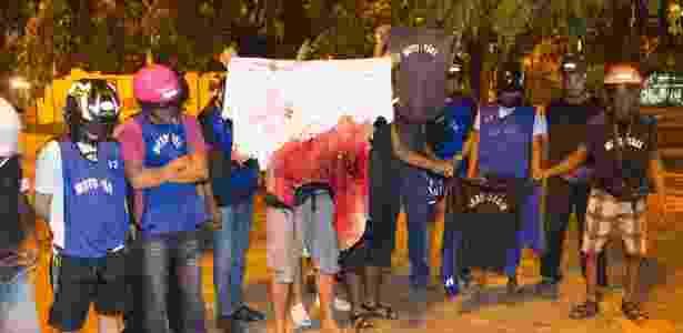 Amigos mostram camisa ensanguentada do um mototaxista Fábio da Silva de Barros, 28 - Fernando Quevedo / Agência O Globo