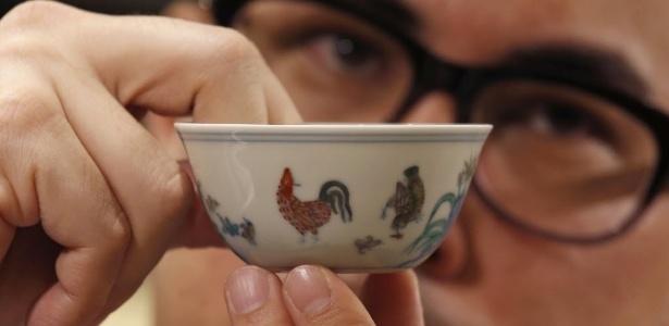 """8.abr.2014 - Nicolas Chow, vice-presidente da Sotheby""""s Asia, mostra uma tigela da dinastia Ming, vendida nesta terça-feira (8) por US$ 36,05 milhões, um novo recorde mundial para a porcelana chinesa - Bobby Yip/Reuters"""