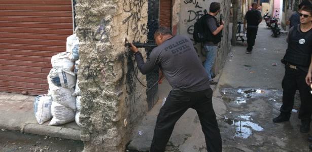 DH simula confronto com traficantes em reconstituição na favela Nova Holanda, na Maré (RJ) - Henrique Coelho/UOL