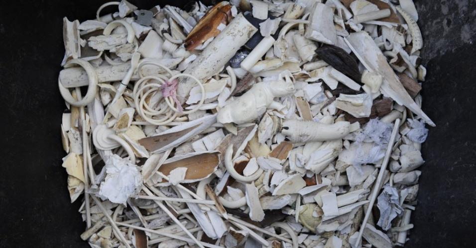 9.abr.2014 - Imagem mostra uma pilha de marfim apreendida em processo de destruição no Museu Real da África Central em Bruxelas, na Bélgica.De acordo com relatos da mídia local, cerca de 1,7 toneladas de marfim com um valor estimado de ? 680.000 apreendidos nos últimos anos deverão ser destruídos. Estima-se que 36.500 elefantes são mortos por seu marfim a cada ano