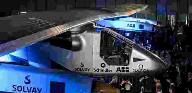 Visitantes observam e tiram foto do Solar Impulse 2º durante a apresentação do veículo na Suíça - Fabrice Coffrini/AFP