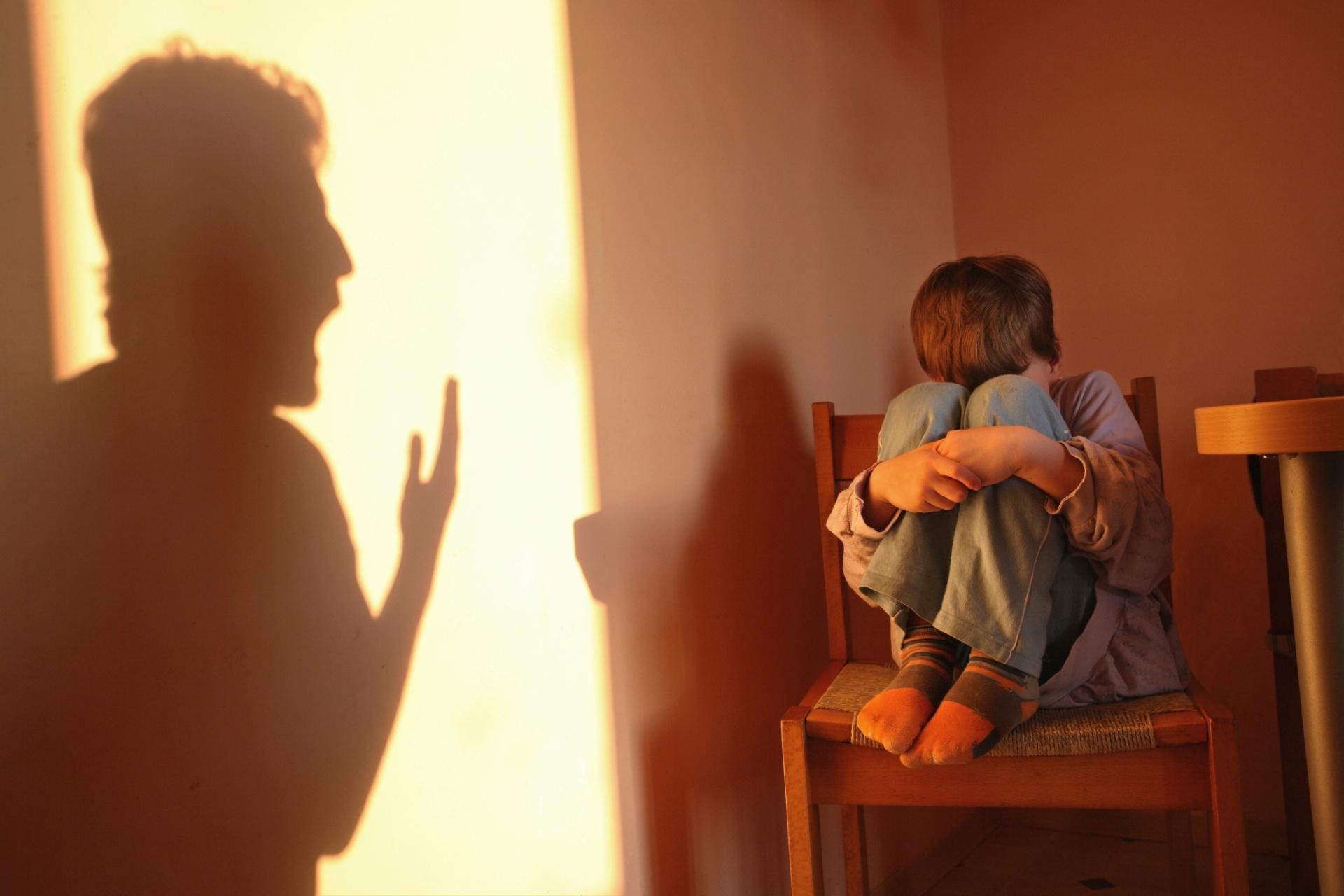 Resultado de imagem para Avô que espancou neto de 6 anos paga fiança e é solto