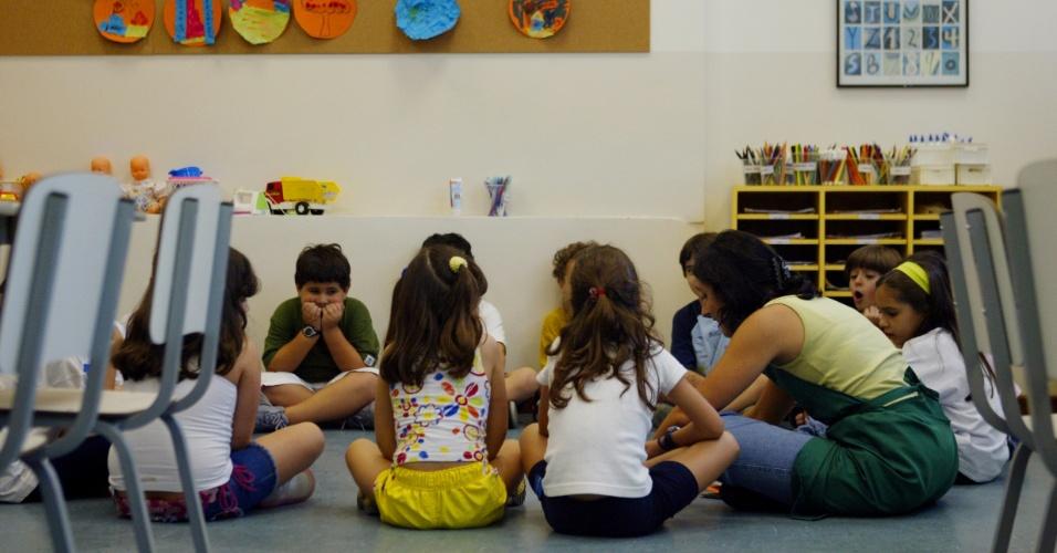 Escola educação infantil crianças alfabetização