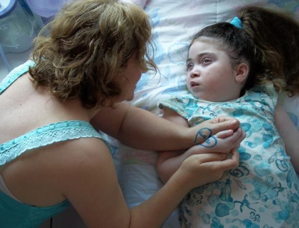 Gabriela Pallin e sua mãe, Luciana. A família da menina está realizando uma campanha para arrecadar dinheiro e custear a quinta fase de um tratamento experimental com células-tronco no Peru - Arquivo pessoal