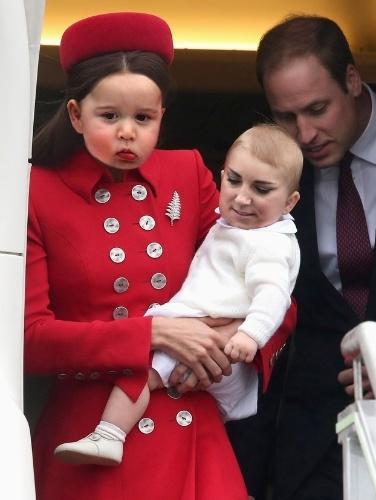 O site americano ?Buzzfeed? resolveu trocar o rosto de celebridades utilizando software editor de imagem. Na imagem original, Kate Middleton, duquesa de Cambridge, segura o príncipe George, seu filho