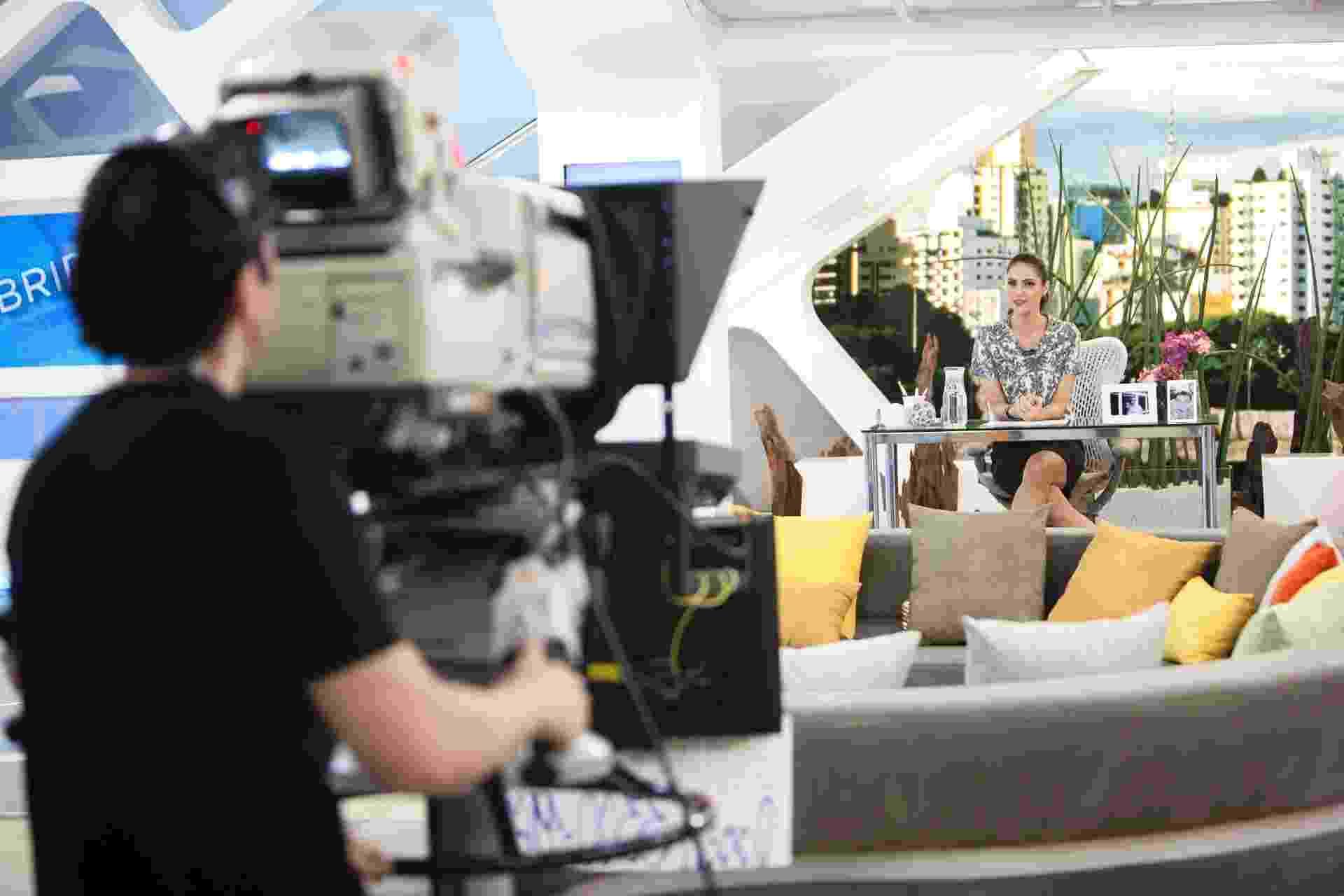 """Cenário do programa """"Hoje em Dia"""", da TV Record, utiliza almofadas da loja Calderón Decor, em Fortaleza, da empresária Patrícia Calderón - Edu Moraes/Divulgação TV Record"""