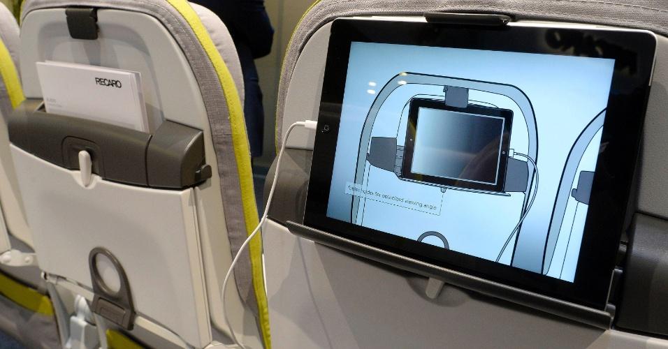 11.abr.2014 - A fabricante de bancos Recaro exibe um estofado para assentos de aviões que possui suporte para tablets. O produto foi demonstrado em uma feira de interiores de aviões em Hamburgo, Alemanha. Além de deixar as mãos livres, o suporte também pode ter o ângulo de visão ajustado